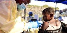 Plus de 300.000 personnes ont été vaccinées au cours d'épidémies d'Ebola dans les provinces du Nord Kivu et de l'Ituri, en République démocratique du Congo (RDC). Cette campagne de vaccination a mis fin en juin 2020 à deux années de crise. (Photo d'illustration: campagne de vaccination contre le virus Ebola au centre de santé Himbi, à Goma, Nord-Kivu, en RDC, le 17 juillet 2019.