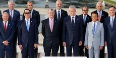 La traditionnelle photo de famille des participants au G7 Finances réunissant les ministres des Finances et les gouverneurs de banque centrale des pays du G7. AU centre, Bruno Le Maire, à sa droite François Villeroy de Galhau, gouverneur de la Banque de France, Steven Mnuchin, secrétaire au Trésor américain (avec les lunettes de soleil).