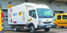 Equipé de la technologie de Symbio, ce camion assure les tournées de la Poste à Paris.