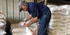 Le 9 juillet 2018, dans son exploitation située à l'extérieur de Bâton-Rouge, à Erwinville, en Louisiane, l'agriculteur Raymond Schexnayder Jr. travaille dans son entrepôt à vérifier les sacs de soja avant leur expédition.