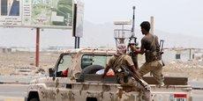 Samedi, à Aden, la capitale du sud, les séparatistes, soutenus par les Emirats arabes unis, ont investi les camps militaires du gouvernement officiel yéménite.