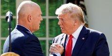 Le 29 août 2019 à la Maison-Blanche, Donald Trump serrant la main du général John Raymond, commandant en chef des forces armées spatiales des États-Unis.