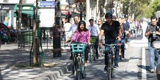 Anne Hidalgo et Tony Estanguet inaugurent les nouvelles pistes cyclables parisiennes.