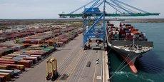 Le déficit commercial cumulé sur les 12 derniers mois est resté stable en juillet à 54,6 milliards d'euros, ont précisé les douanes dans un communiqué.