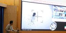 Lors d'une conférence de presse à Riyadh, en Arabie saoudite, le 16 septembre, le porte-parole officiel de la coalition saoudienne au Yémen, le colonel Turki Al-Malik, affiche sur un écran une image satellite montrant une frappe de drone.