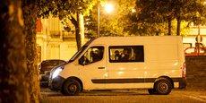 Chaque matin à Pauillac, c'est un ballet de camionnettes banalisées de prestataires viticoles qui viennent récupérer des travailleurs, majoritairement étrangers, pour les répartir dans les propriétés viticoles du Médoc.