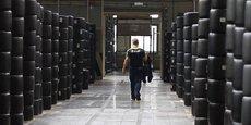 Un Bib' traverse la section dédiée au stockage des pneus pour le sport automobile du site de Clermont-Ferrand, en Auvergne, où se trouve le siège du fabricant tricolore de pneumatiques. Cette photo a été prise début juillet 2013 alors que Michelin annonçait la suppression de 700 emplois dans le pays.