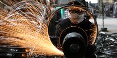 Dans une manufacture d'articles de sport à Hangzhou (province du Zhejiang, en Chine), un ouvrier travaille sur une jante de bicyclette en acier, le 2 septembre 2019. (Photo fournie par le China Daily via Reuters)