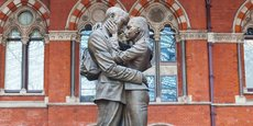 La statue en bronze The meeting place, réalisée par Paul Day, accueille les voyageurs à la gare de St. Pancras International, à Londres.