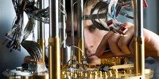 La cinquième génération de l'ordinateur D-Wave compte 5.000 qubits supraconducteurs. Mais ces milliers de qubits ne peuvent être comparés aux 72 qubits de Google ou d'IBM : ils sont très éphémères et connectés entre eux différemment. En conséquence, la puissance de calcul de D-Wave n'atteint pas celle des ordinateurs quantiques concurrents... sauf sur certaines applications.