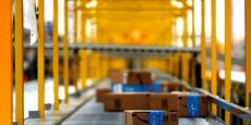 Dans les cas où Amazon se comporte comme un vendeur ou un revendeur direct, la plateforme omet d'indiquer à ses clients que les biens achetés sont garantis deux ans, les privant ainsi d'une information substantielle pour exercer leurs droits. Elle les induit même en erreur en mentionnant une garantie d'un an seulement, explique l'avocat de Hop.