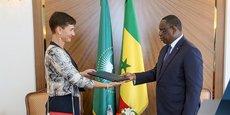 La Franco-allemande Irène Mingasson présentant sa lettre de créance au président Macky Sall, lors de sa prise de fonction effective en qualité de cheffe de la délégation de l'Union européenne au Sénégal.