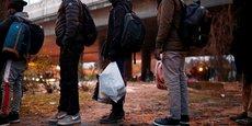 Photo d'illustration: le 31 janvier 2019, des migrants réfugiés emportent leurs effets personnels pendant l'opération d'évacuation par la police d'un camp de fortune installé sous une voie du périphérique parisien, au niveau de la Porte de la Villette.