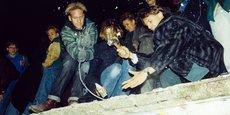 Les Allemands s'attaquent symboliquement au mur de Berlin, après l'annonce de l'ouverture de la frontière entre l'Est et l'Ouest, le 9 novembre 1989. Un an après, le 3 octobre 1990, l'Allemagne est réunifiée et la RDA disparaît.
