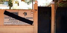 Au siège de la compagnie minière canadienne Semafo à Ouagadougou (Burkina Faso), le panneau de présentation est barré en noir en signe de deuil, à la mémoire des victimes de l'attaque perpétrée contre des employés sur la route menant à la mine de Boungou.