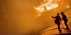 Deux pompiers devant une maison en feu lors d'incendies de forêt, le 31 octobre 2019 à San Bernardino, en Californie (capture d'écran obtenue à partir d'une vidéo de média social).