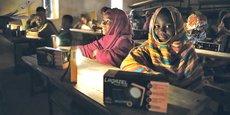 Des lampes solaires avec port USB pour aider les enfants du Sahel à étudier.