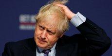 Boris Johnson (en photo) a voté en début de matinée à Westminster, posant avec son chien Dilyn dans les bras.