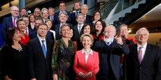 Ursula von der Leyen (au centre), entourée des membres de la nouvelle Commission approuvée à une large majorité par le Parlement européen.