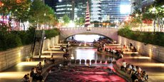 Un espace autrefois réservé aux voitures devenu un lieu de vie. En dix ans, la ville de Séoul a éliminé une autoroute urbaine en plein centre-ville, récupéré le canal qui avait été enfoui et créé le parc Cheonggyecheon.