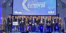 Les huit lauréats et leurs parrains lors de la 5e édition des Talents Nouvelle-Aquitaine de l'Aéronautique et de l'Espace.