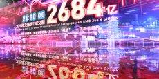 En Chine, le 11 novembre 2019, au siège d'Alibaba (Hangzhou, province du Zhejiang), un écran géant affiche le volume de transactions réalisées par le seul Alibaba lors de la Fête des célibataires, grand événement de consommation à l'image du Black Friday en Occident.