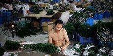 Si elle n'en cultive pas, la Chine n'en produit pas moins pour l'exportation des sapins factices en plastique et toutes les décorations qui vont avec. Elle en est même de très très loin la premier fabricant mondial.