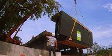 Un module bois en cours de levage sur le chantier de la crèche SNCF à Villiers - Neauphle – Pontchartrain, dans les Yvelines, en région parisienne.