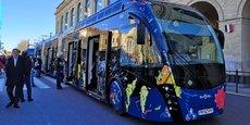 Longs de 24 m, les bus choisis par Nîmes Métropole ont été peints par l'artiste nîmois Michel Tombereau