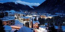Davos, une douillette station de ski des Grisons (dans l'est de la Suisse) où convergent en janvier les plus éminents des membres de l'élite mondiale pour assister au Forum économique mondial (World Economic Forum).