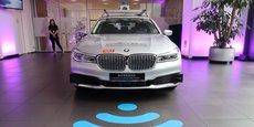 Véhicule autonome BMW en version d'essai exposé lors de l'annonce, le 19 juillet 2019, du partenariat entre le constructeur allemand et le chinois Tencent Holdings pour la création d'un centre de calcul pour les véhicules autonomes, à Pékin.