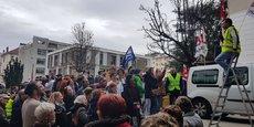 Un débrayage, organisé ce jeudi midi par l'intersyndicale du GHM et soutenu par le collectif des usagers, les Unions de quartier et le collectif SCIC, a rassemblé près de 300 personnes devant les locaux de la clinique grenobloise.