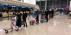 Le le 7 février 2020, à l'aéroport international de Wuhan Tianhe (Chine), des passagers font la queue pour monter à bord d'un avion-cargo affrété par le Département d'État américain pour évacuer de Chine les ressortissants américains et canadiens à cause du nouveau coronavirus.