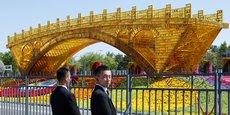 L'œuvre artistique le pont d'or de la route de la soie a été installée dans le parc olympique de Pékin.