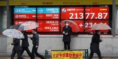 Après la baisse la plus violente depuis 12 ans sur les indices des Bourses occidentales la semaine dernière, les marchés s'attendent à ce que les banques centrales montent au créneau, le président de la Réserve fédérale américaine ayant indiqué qu'il se tenait prêt si nécessaire. (Photo d'illustration: ce lundi 2 mars à Tokyo, la vitrine d'une maison de courtage où s'affichent sur écrans les indices boursiers mondiaux, notamment le Nikkei.