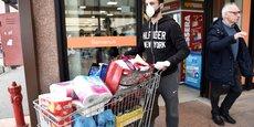 En Italie, pays le plus touché en Europe, un afflux de gens dans les supermarchés a été constaté, notamment en Lombardie, après l'annonce de la mise en quarantaine de 11 villes du Nord. (Photo d'illustration : à la sortie d'un supermarché de Casalpusterlengo, ville de Lombardie, dans le nord de l'Italie, le 23 février 2020.)
