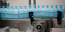 Vue d'une partie de la chaîne de production de gel hydroalcoolique de Christeyns, à Vertou, près de Nantes.