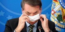Pendant une conférence de presse, Jair Bolsonaro a retiré et remis une douzaine de fois son masque, pour le laisser finalement pendre à une oreille.