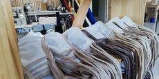 Des centaines de masques en coton, réutilisables, sont produits par Bleu de chauffe face au covid-19