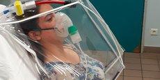 La bulle de protection constitue une première grâce à ses capacités d'aspiration de l'air expulsé par le patient.