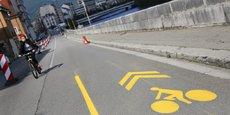 A Grenoble, un nouveau plan vélo prévoit l'ajout de 18 km de pistes cyclables transitoires d'ici cet été sur des axes principaux.
