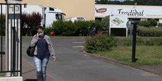 En France, deux abattoirs de l'ouest du pays sont touchés ces derniers jours, avec au moins 100 cas (d'autres tests sont en cours).