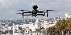 Lors du confinement, un drone survolait la promenade des Anglais, à Nice, pour rappeler les mesures en vigueur.