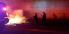 A Minneapolis, les tensions restent vives. Ici, une personne tente d'éteindre un feu.