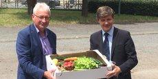Jean-Louis Dubourg, président de la Chambre d'Agriculture de Gironde, et Nicolas Florian, maire de Bordeaux, présentent les paniers alimentaires issus de l'agriculture locale.