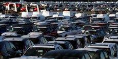 Des voitures invendues à perte de vue. Les livraisons du groupe Renault (avec Dacia, Lada et Alpine) ont baissé de 52,5% et celles de PSA (Peugeot, Citroën, Opel/Vauxhall, DS) de 56,4%, a annoncé l'Association des constructeurs européens d'automobiles (ACEA) dans un communiqué.