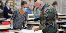 À Nantes, l'armée a monté un atelier de tabliers à usage unique pour les Ehpad, dans le cadre de l'opération Résilience.
