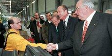 Trois générations de Smart ont été produites à Hambach (Moselle) depuis 1997. (Photo : le 27 octobre 1997, le président français Jacques Chirac et le chancelier allemand Helmut Kohl saluent un ouvrier lors de leur visite de l'usine automobile MCC (Micro Compact Car AG) et de la chaîne de fabrication de la nouvelle Smart, à Hambach (Lorraine).