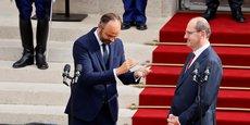 Le dossier brûlant de la réforme des retraites, que le président de la République a décidé de relancer au coeur de l'été, est désormais entre les mains du nouveau Premier ministre Jean Castex (ici, à droite, face à Edouard Philippe le 3 juillet 2020, lors de la passation de pouvoir à Matignon).