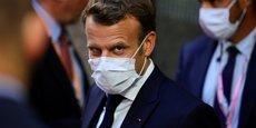 Le président Emmanuel Macron quitte, ce lundi matin, le bâtiment du Conseil européen lors du sommet entre les 27 membres de l'Union européenne.